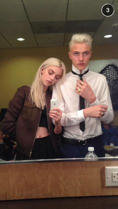 Penny with Jackson as he gets ready to go out with Richard. Harlem Quinn, Punk Boy, Celebrity Siblings, Lucky Blue Smith, The Secret History, Best Friend Pictures, Celebs, Celebrities, Rouge
