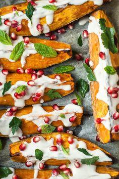 jadłonomia · roślinne przepisy: Pieczone bataty z sosem tahini Tahini, Vegetarian Recipes, Healthy Recipes, Skinny Recipes, Caprese Salad, Vegetable Pizza, Hummus, Healthy Eating, Healthy Food