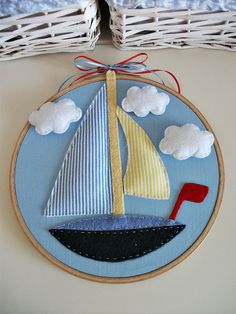 Embroidery hoop art boat Barchetta in feltro. Felt Crafts, Fabric Crafts, Sewing Crafts, Sewing Projects, Projects To Try, Diy Crafts, Applique Patterns, Applique Designs, Embroidery Hoop Art