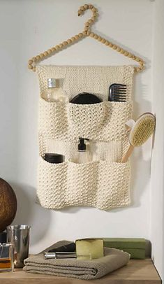 Vide-poche de salle de bain pattern by Lady Colori Super chunky yarn would make this a quick knit. Great for small spaces. Small Sewing Projects, Sewing Hacks, Crochet Projects, Crochet Organizer, Crochet Storage, Yarn Storage, Super Chunky Yarn, Quick Knits, Vide Poche