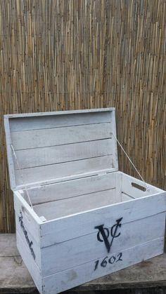 VOC houtenkist. Supper gaaf op een kinderkamer of je kan het gebruiken als dekenkist. Verzin wat leuks... kijk op www.worldoutdoorshop.nl