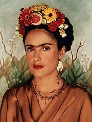Selma Hayek as Frida Kahlo When Salma Hayek insisted on carrying the eyebrows charged with the Mexican painter Frida Kahlo, it is the hair of the producers who bristled. Salma Hayek Frida, Selma Hayek, Diego Rivera, Mexican Costume, Kahlo Paintings, Happy Birthday Dear, Portraits, Flower Images, Flowers In Hair
