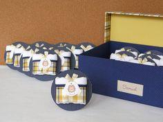 KIT MATERNIDADE LEÃO    - Azul marinho com amarelo -    Contendo:  - Quadro Maternidade em bastidor (R$ 216,00)  - Caixa para Lembrancinhas coordenada (R$ 189,00)  - Lembrancinhas Toalhinha na placa Redonda (R$ 13,00 cada por 12,00 em tempo limitado!!!)    Modelos à exemplo das fotos. Nome do beb...