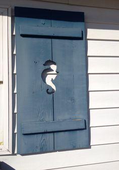 this reminds me of my grandparents beach house in Pt Pleasant, NJ. There was a huge sea horse painted in blue on the outside shower Seaside Style, Beach Cottage Style, Beach Cottage Decor, Coastal Style, Coastal Decor, Cottages By The Sea, Beach Cottages, Coastal Homes, Coastal Living
