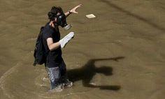 RT  Estudiante se lanza al río Guaire para evitar ser detenido #Venezuela #LaRealidadDespuesDelDIALOGO #cuba pic.twitter.com/GJA7L6DzLz