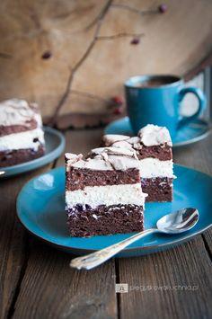 Ciasto czekoladowe z bezą to ostatnio mój faworyt wśród przekładanych ciast. Czekoladowy biszkopt, krem z mascarpone i czekoladowa, chrupiąca beza, to mój przepis na idealne ciacho. Słodycz przełamana sporą porcją…