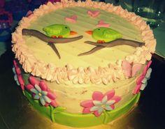 Delicada Torta de cumpleaños sabor a chocolate con relleno de cerezas y chocolate de leche, y una cubierta de chocolate blanco y fondant de mantecado ♥