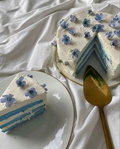 Pretty Birthday Cakes, Pretty Cakes, Pastel Cakes, Think Food, Cute Desserts, Just Cakes, Cafe Food, Aesthetic Food, Blue Aesthetic