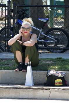 Gwen Stefani - casually chilling on the pavement.