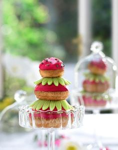 Fraise en religieuse - Régal Kouign Amann, Strawberry Puree, Strawberry Recipes, Sunflower Cookies, Patisserie Design, Small Cabbage, Mascarpone Cheese, French Pastries, Eclairs