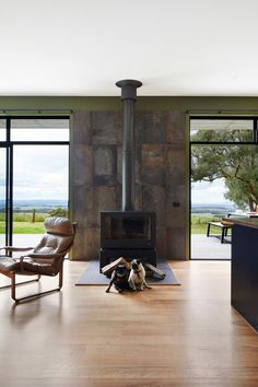 Completed in 2018 in Fish Creek, Australia. Images by Armelle Habib, Tom Ross. Among towering trees of Fish Creek sits a small, off-the-grid holiday home that eschews clichés of traditional beachside escapes - a sustainable. Rustic Color Schemes, Rustic Colors, Shed Homes, Prefab Homes, Off Grid House, Fish Creek, Outdoor Baths, Solar House, Architect House
