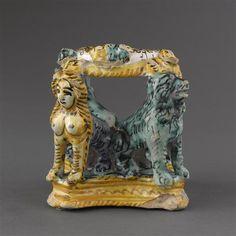 Musée d'Ecouen - Salière portée par 2 lions et 2 sphinx accroupis. ECL7585. DERUTA.