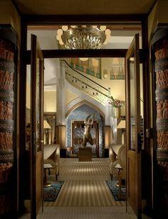 Café Imperial,Praga. Su hermoso edificio de fachada Art Déco fue construido entre 1913 y 1914. Sus Columnas inspiradas por el mundo oriental con motivos de animales, sus capiteles mediterráneos estilizados, sus azulejos y su colección de bajorrelieves hacen mágico este lugar lleno de eclecticismo y con una hospitalidad inigualable