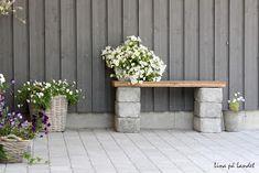 DIY garden bench ideas small cinder block bench wood slats flower pots - All For Garden Cinder Block Furniture, Cinder Block Bench, Cinder Block Garden, Cinder Blocks, Small Gardens, Outdoor Gardens, Diy Garden Seating, Small Garden Bench, Backyards