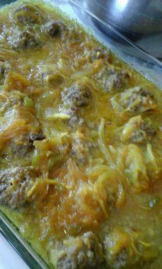 Meng vir frikadelle; 500 gr maalvleis, 1 eier, 1 dik sny brood in water geweek,1/2 t sout, 1 t fyn koljander en 1/2 t cumin. Maak bolletjies en pak in bakskottel. Sous: Braai 2 gesnyde uie in bietjie kookolie, 2 t medium kerriepoeier, 1 t borrie, 2E appelkooskonfyr, 3 t suiker, 60 ml asyn, 2 g Mince Dishes, Lasagna, Easy Meals, Cooking Recipes, Ethnic Recipes, Food, Hamburger Patties, Recipes, Essen
