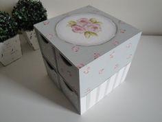 Mini cômoda pintada a mão, trabalhada com listras e mini rosas, nas laterais, composta de 04 gavetas auxiliares pintadas com poás e rosinha soltas...finalizando na parte superior com trio de rosas maiores.  Dimensões do produto: 19x19x19cm (LxCxA) R$ 59,90