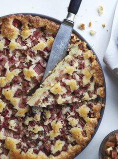 Hvis du er vild med mazarinkage, så prøv at lave den med den friske smag af rabarber og revet limeskal. (Recipe in Danish)