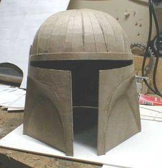 Comment faire un casque Star Wars    Voici comment faire un casque de costume en utilisant du carton. Les casques sont souvent très chèrs ou très difficiles à réaliser. La méthode que je vais décrire peut être utilisée pour à peu près n'importe quel type de casque mais celui-ci c'est une version de Boba Fett (Star Wars).