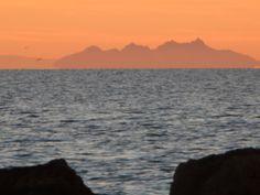 Isola di Montecristo e Corsica viste dalla spiaggia della Giannella all'ora del tramonto