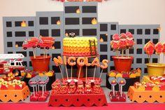 Para uma festa com o tema bombeiros, a Nika Linden (www.nikaliden.com.br) fez um um bolo com acabamento em degradê de chantilly colorido