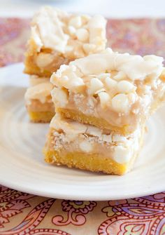 White Chocolate Vanilla Marshmallow Cake Bars made from boxed cake mix, so easy! Cake Bars, Dessert Bars, Köstliche Desserts, Delicious Desserts, Dessert Recipes, Yummy Food, Yummy Yummy, Peanut Butter Chocolate Bars, White Chocolate