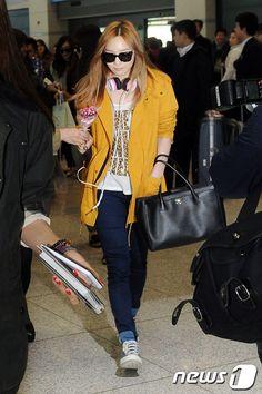 http://okpopgirls.rebzombie.com/wp-content/uploads/2013/03/SNSD-Taeyeon-airport-fashion-March-11-06.jpg