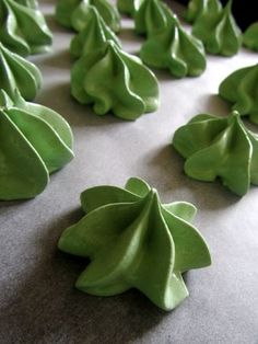Matcha meringues = 2 egg whites, 125 g caster sugar, 1 tablepsoon of matcha (green tea) powder (more if you love the stuff), 1/4 teaspoon of cream of tartar, and a little green food colouring paste if you want a more vibrant colour (the matcha colour pales a lot during baking).