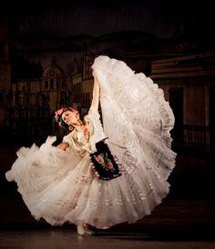 Danza folklorica en Mexico. Ballet Folklorico Amalia Hernandez, Mexico. Traje tipico del Estado de Veracruz.