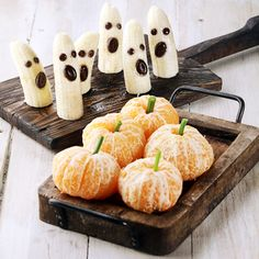 8 Healthy Halloween Snacks for Kids! halloween snacks 8 Healthy Halloween Snacks for Kids! - Spend With Pennies Buffet Halloween, Halloween Snacks For Kids, Soirée Halloween, Healthy Halloween Treats, Holiday Snacks, Halloween Goodies, Halloween Desserts, Holiday Recipes, Halloween Decorations