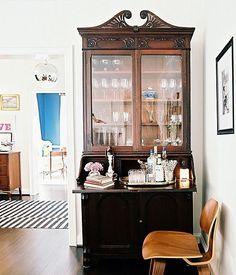 Misture móveis antigos e novos para uma decoração com personalidade. Uma peça retrô ou vintage no meio de uma decoração moderna dá vida ao ambiente. Clica no post para ver como fazer. Decoração com Personalidade, Casa com Vida • MeuEstiloDecor