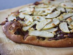 """Caramelized Balsamic Onion, Apple & Gorgonzola Pizza ((But make it super thin crust & try it with no onions & cranberries instead, like """"Cafe de Tasse"""". Balsamic Onions, Caramelized Onions, Lactose Free Dinners, Yummy Treats, Yummy Food, Tasty, Tomato And Cheese, Goat Cheese, Gorgonzola Pizza"""