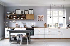 Lys og farver spiller en stor rolle hjemme hos interiør-fotografen Ditte Isager. Fotografen har selv taget billederne af sit eget hjem. Du kan se dem her.