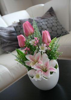 Easter Flower Arrangements, Easter Flowers, Beautiful Flower Arrangements, Floral Arrangements, Diy Osterschmuck, Christmas Advent Wreath, Baby Easter Basket, Vase Crafts, Easter Table Decorations