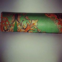 Carteira estampa de lenço com bordado laranja