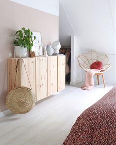 Een Scandinavische slaapkamer met veel hout soorten zoals de Ivar kast van Ikea en een peacock stoel van rotan! Samen met een roze verf op de muur is het een mooie combinatie. Bedroom Door Design, Boys Bedroom Decor, Small Room Bedroom, Interior Design Living Room, Natural Home Decor, Luxurious Bedrooms, Beautiful Bedrooms, Lounges, Houses