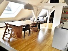 Schöner Essbereich in der Küche mit Holztisch und Vintage-Stühlen ...