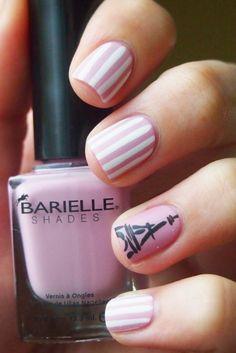 Estilo de uñas parisino en color rosa con lineas blancas