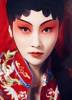 A beautiful Chinese girl are preparing for a part in Peking Opera… Chinese Makeup, Japanese Makeup, Asian Makeup, Maquillage Halloween, Halloween Makeup, Diy Halloween, Halloween Fashion, Geisha Makeup, Real Techniques Brushes