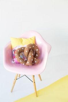 DIY Pretzel Pillow / Un coussin en pretzel! Fun Crafts, Diy And Crafts, Arts And Crafts, Craft Projects, Sewing Projects, Funky Home Decor, Diy Pillows, Throw Pillows, Decorative Pillows