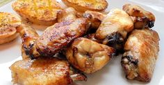 Hay que ver lo bien que le van a las alitas de pollo tanto la salsa de soja como la miel. ¿No lo has probado nunca? Hazlo con esta receta del blog CON TU PAN TE LO COMAS.
