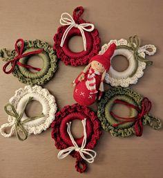 Crochet Christmas Wreath, Crochet Wreath, Crochet Ornaments, Christmas Crochet Patterns, Holiday Crochet, Crochet Gifts, Crotchet Patterns, Christmas Tree Decorations To Make, Christmas Craft Fair