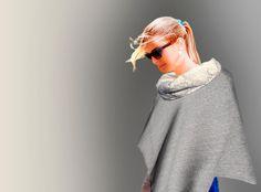 Poncho grigio chiaro con collo in pizzo ricamato.  Light Grey Poncho with embroidered off white collar