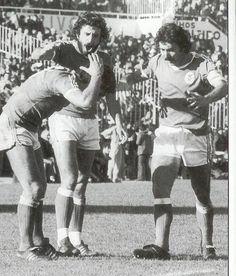 Mítica imagem de Vítor Baptista à procura do seu brinco num Benfica Sporting