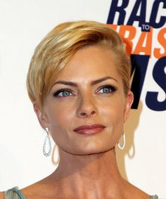 Jaime Pressly Short Straight Formal Pixie Hairstyle with Side Swept Bangs - Golden Blonde Hair Color - Lobfrisuren Popular Hairstyles, Pixie Hairstyles, Short Hairstyles For Women, Straight Hairstyles, Hairstyle Short, Perfect Hairstyle, Pixie Haircuts, Formal Hairstyles, Wedding Hairstyles