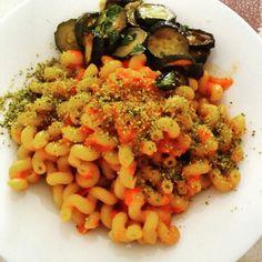 Crema di peperoni, zucchine e granella di pistacchi.