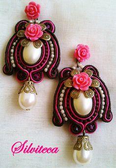 Pendientes soutache en rosa fuerte y marrón chocolate, con rositas de resina. Soutache Earrings, Drop Earrings, Choker, Shibori, Diy, Beads, Fashion, Hoop Earrings, Personality