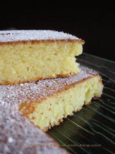 Un délicieux gâteau qui a pas mal circulé sur les blogs et que j'avais repéré depuis un bon moment déjà. Et je me suis enfin décidé à la réaliser, c'est pas trop tôt, car sincèrement je ne sais même pas pourquoi j'ai attendu si longtemps pour le tester...