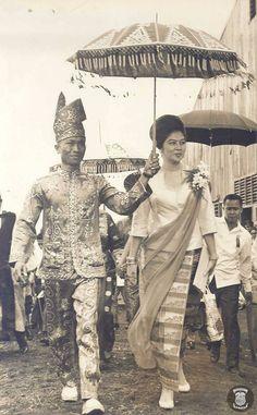President Ferdinand E. Filipiniana Wedding, Filipiniana Dress, Filipino Art, Filipino Culture, Ferdinand, Ibong Adarna, Old Photos, Vintage Photos, Philippines Culture