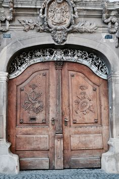 Bezaubernde B&B und Ferienwohnungen in Hermannstadt/Sibiu Sibiu Romania, Holiday Apartments, B & B, Museum, Travel Inspiration, Vacation, Architecture, Doors, Europe