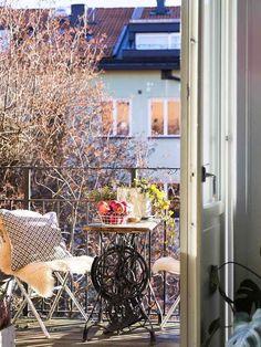 En Suède, les murs ne sont pas toujours blancs - PLANETE DECO a homes world Patio, Chair, Outdoor Decor, Furniture, Diy, Home Decor, Balconies, Guys, White Walls